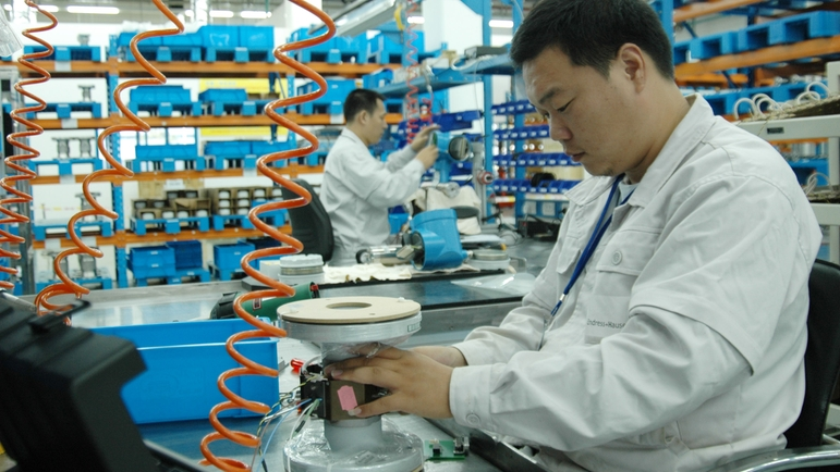 Endress+Hauser Flow China, Suzhou, men working in production