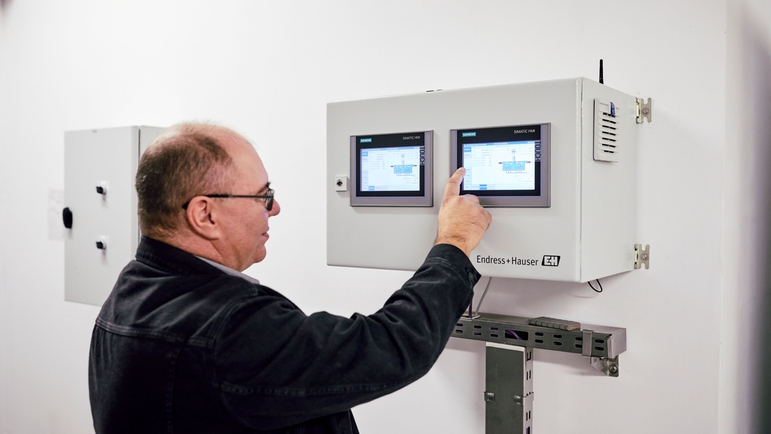 The nitrogen and phosphate control system can be operated on site via a touchscreen display.