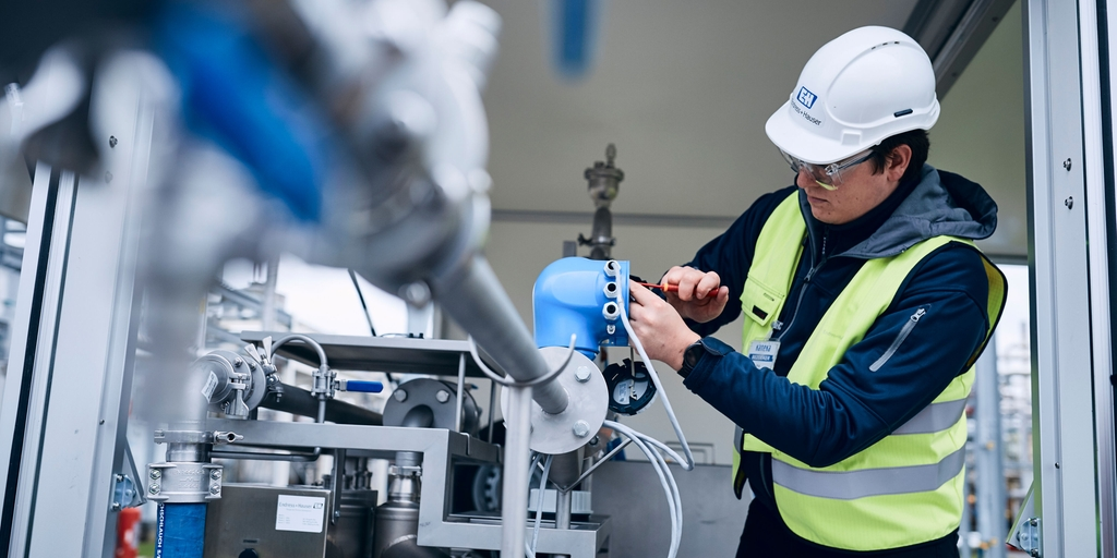 An Endress+Hauser technician calibrating flow instrumentation